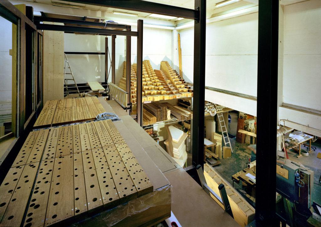 Blick in die Montagehalle aus dem zweiten Stock einer neuen Orgel