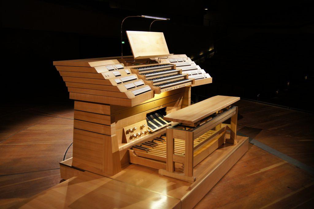 fahrbarer viermanualiger Spieltisch mit floating Manual der Philharmonie Berlin , Deutschand