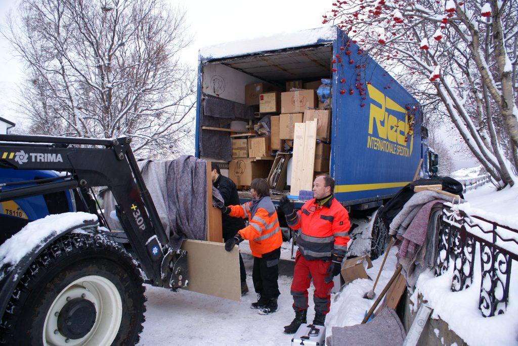 der Laster wird entladen in Øksfjord, Loppa Kommune, Norwegen