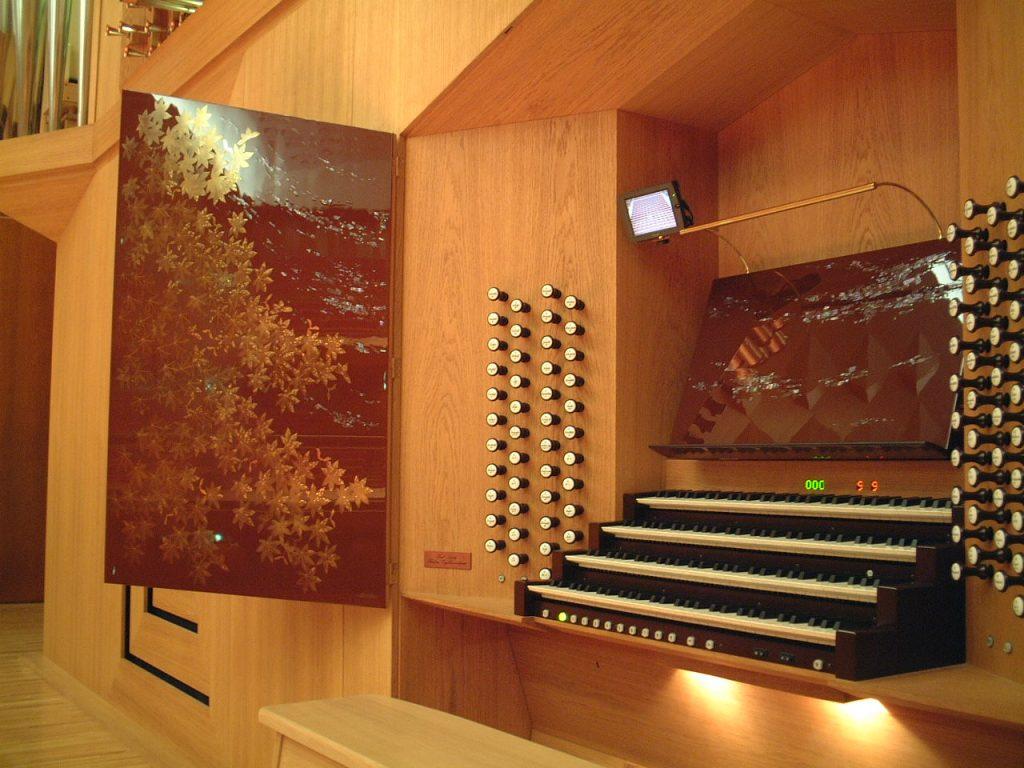 viemanualiger mechanischer Spieltisch im Konzertsaal Kanazawa mit Gold und Perlmutt Intarsien, Ishikawa Ongakudō, Japan