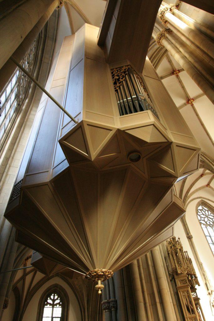 das perfekt gebaute frei hängende Gehäuse der Orgel in St. Lamberti in Münster, Nordrhein Westfalen, Deutschland
