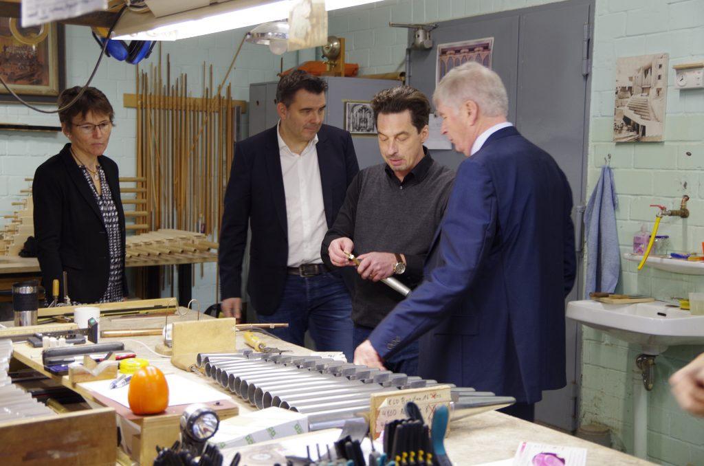 Geschäftsführer Martin Schwarz erklärt Günther Weber die Funktion einer Zungenpfeife