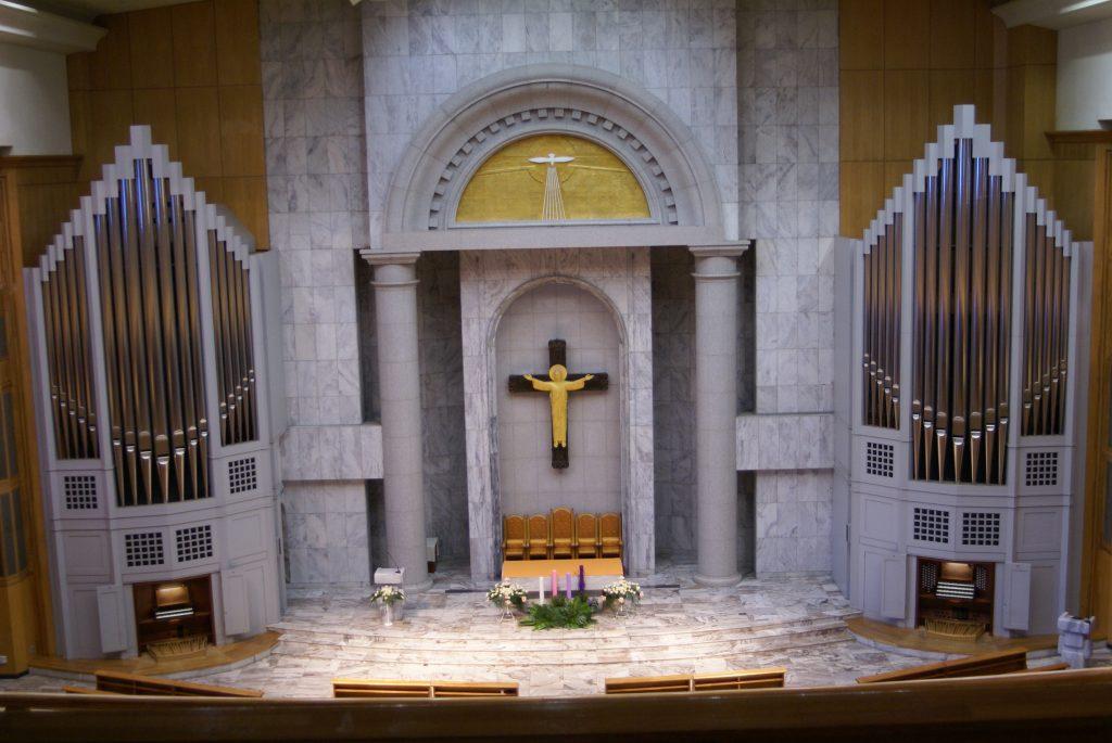 Blick auf die beiden Seiten der Orgel mit zwei von drei Spieltischen vor der farblichen Neufassung durch die Gemeinde, St.John, Bundang-gu, Seongnam, Seoul, Südkorea