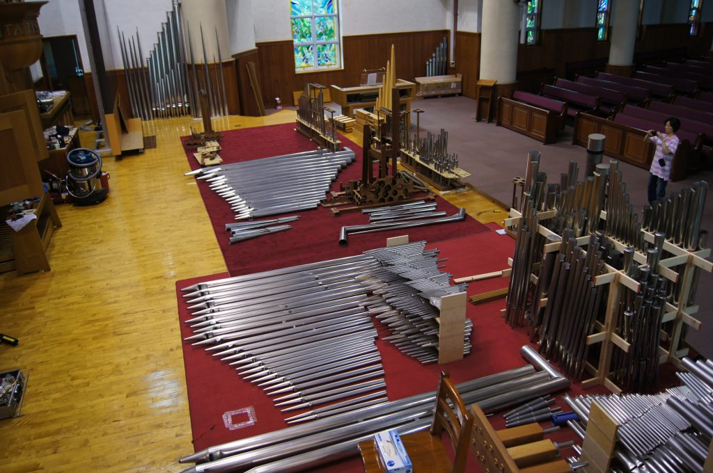 Die Pfeifen des Hauptwerks liegen auf der Bühne und warten auf die Überarbeitung der Orgel in der Adam´s Chapel der Keimyung Universität in Daegu, Korea