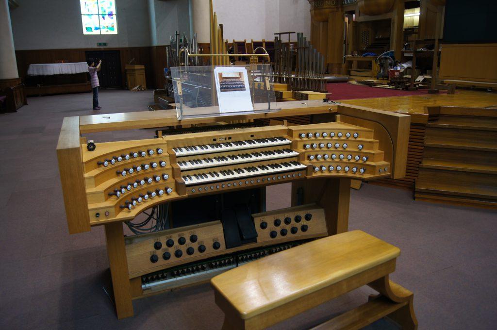 elektrischer Spieltisch vor der Überarbeitung der Orgel in der Adam´s Chapel der Keimyung Universität in Daegu, Korea
