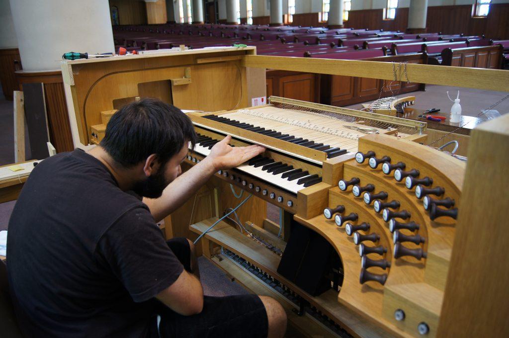 Feinjustierung der Tasten der Orgel in der Adam´s Chapel der Keimyung Universität in Daegu, Korea