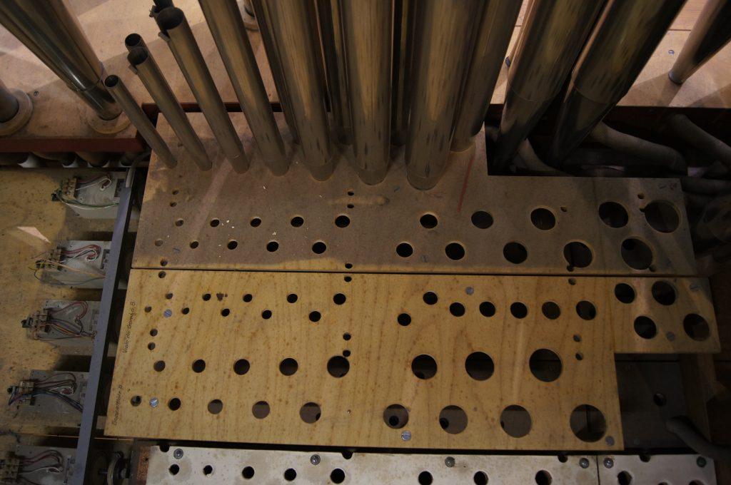 Pfeifenbrett - vor und nach dem Absaugen der Orgel in der Adam´s Chapel der Keimyung Universität in Daegu, Korea