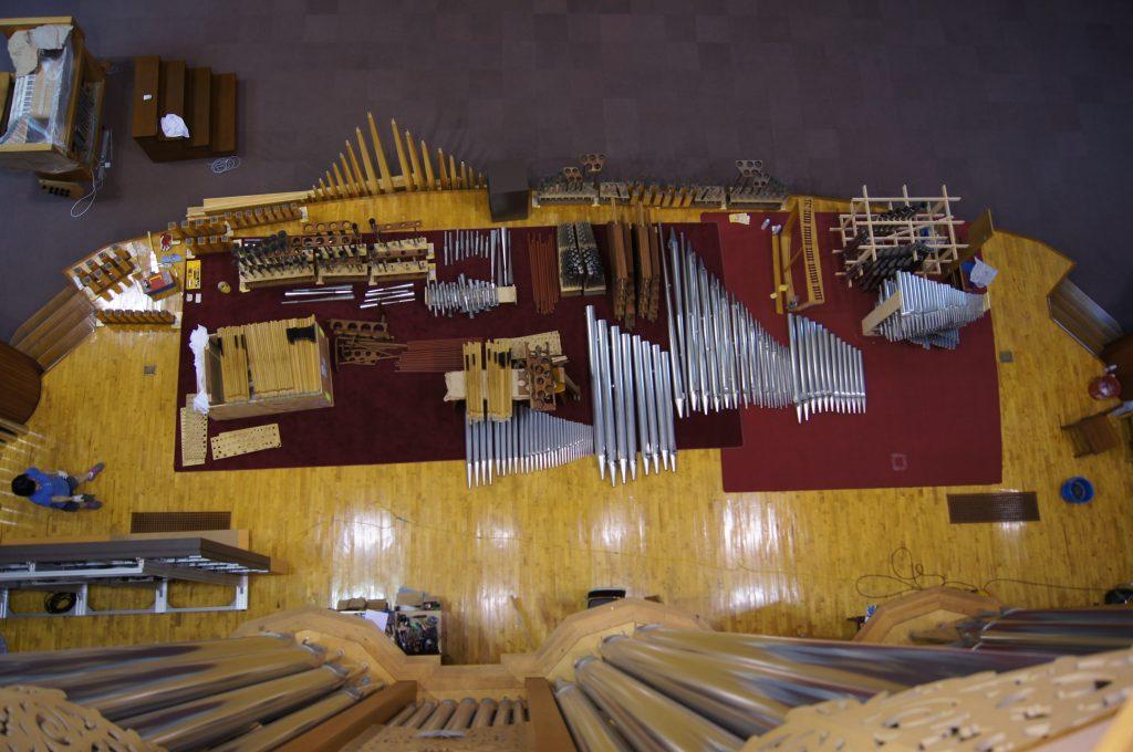 ein Teil der ausgebauten Pfeifen auf der Bühne der Orgel in der Adam´s Chapel der Keimyung Universität in Daegu, Korea