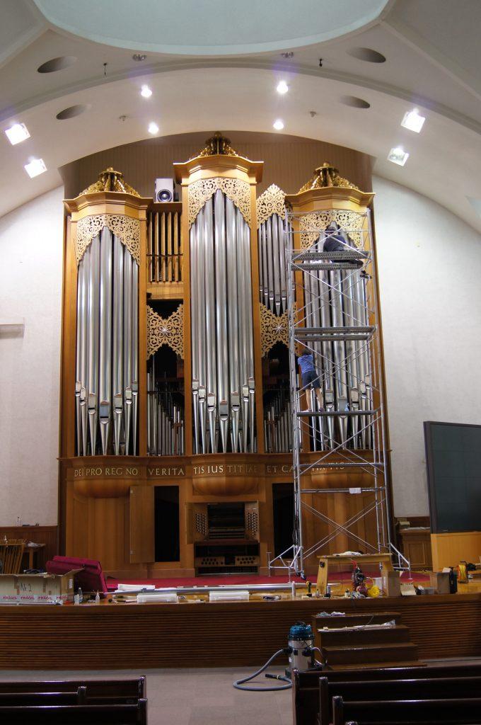Polieren der Prospektpfeifen und Säuberung des Gehäuses der Orgel in der Adam´s Chapel der Keimyung Universität in Daegu, Korea