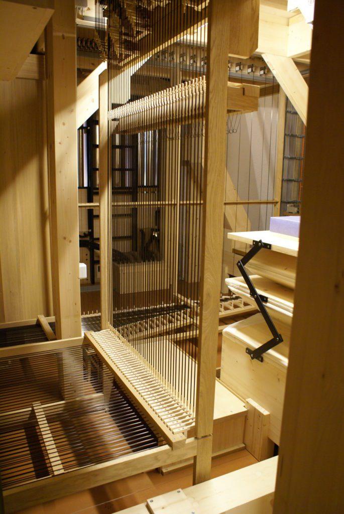 die Technik im Unterbau in der Orgel der Heilig Kreuz Kirche in Detmold, Nordrhein Westfalen, Deutschland