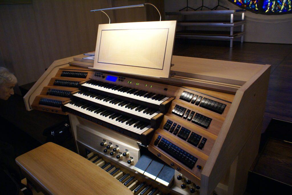 Spieltisch der Orgel der Heilig Kreuz Kirche in Detmold, Nordrhein Westfalen, Deutschland