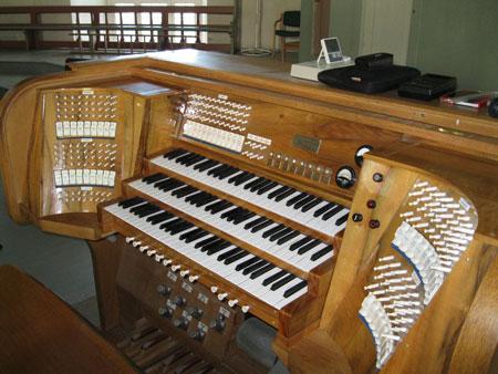 der elektrische Spieltisch vor dem Umbau der Orgel in der Vang Kirke, Hamar, Hedmark, Norwegen