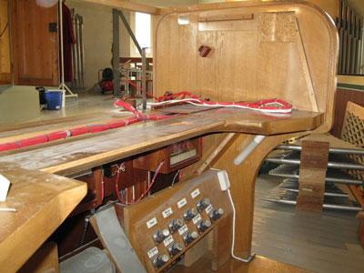 das leere Chassis des Spieltisches. Die Klaviaturen werden in Berlin überarbeitet der Orgel in der Vang Kirke, Hamar, Hedmark, Norwegen