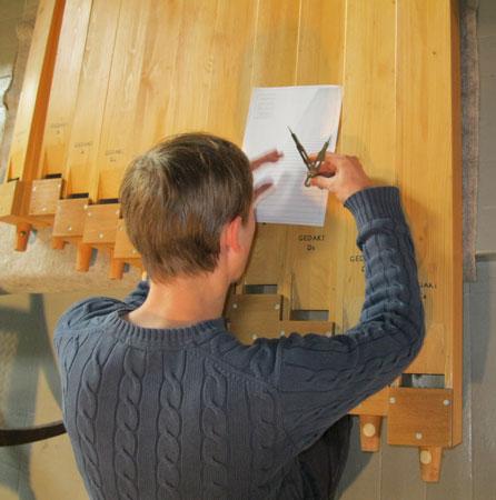 die Aufschnitte der Holzpfeifen werden kontrolliert und angepasst in der Orgel in der Vang Kirke, Hamar, Hedmark, Norwegen