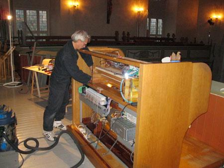 Einbau der neuen Setzeranlage in die Orgel in der Vang Kirke, Hamar, Hedmark, Norwegen