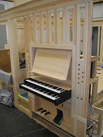 Werkstattmontage des Spieltisches der Orgel in der Dorfkirche Heiligensee, Berlin, Deutschland