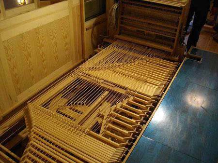 liegendes Wellenbrett der Orgel in der Dorfkirche Heiligensee, Berlin, Deutschland