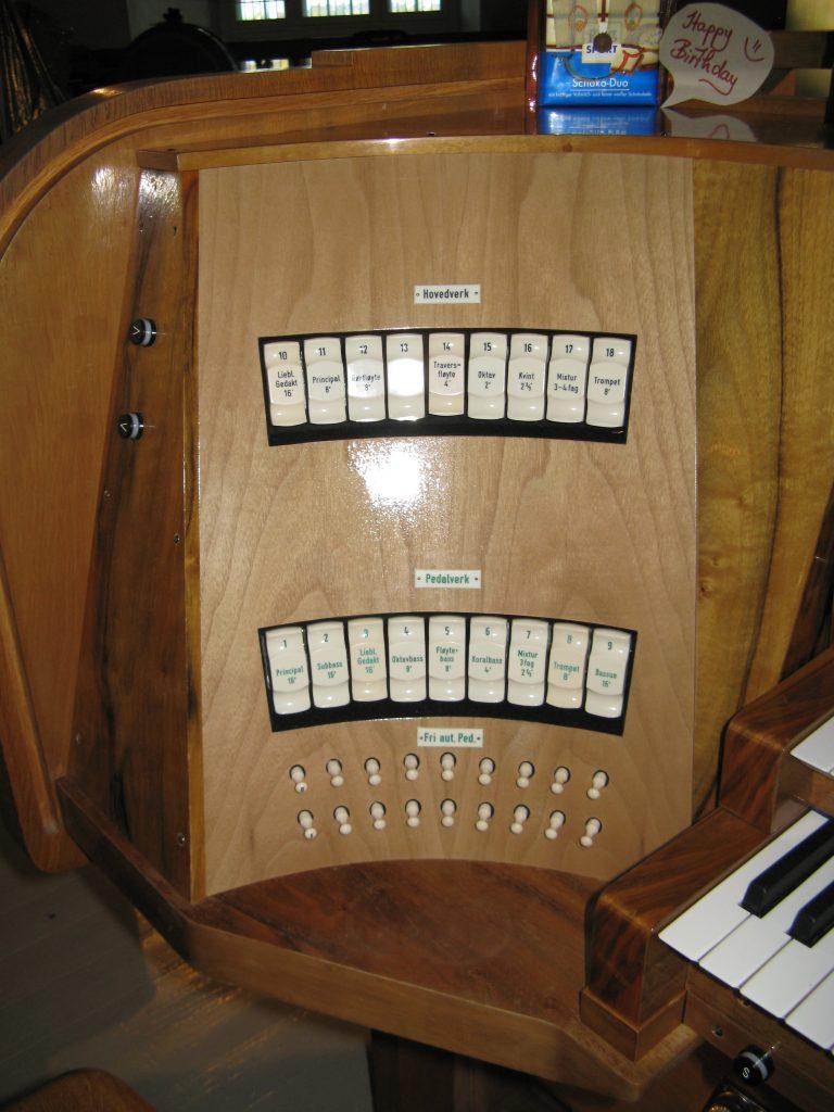 Spieltisch nach der Erneuerung der Orgel in der Vang Kirke, Hamar, Hedmark, Norwegen