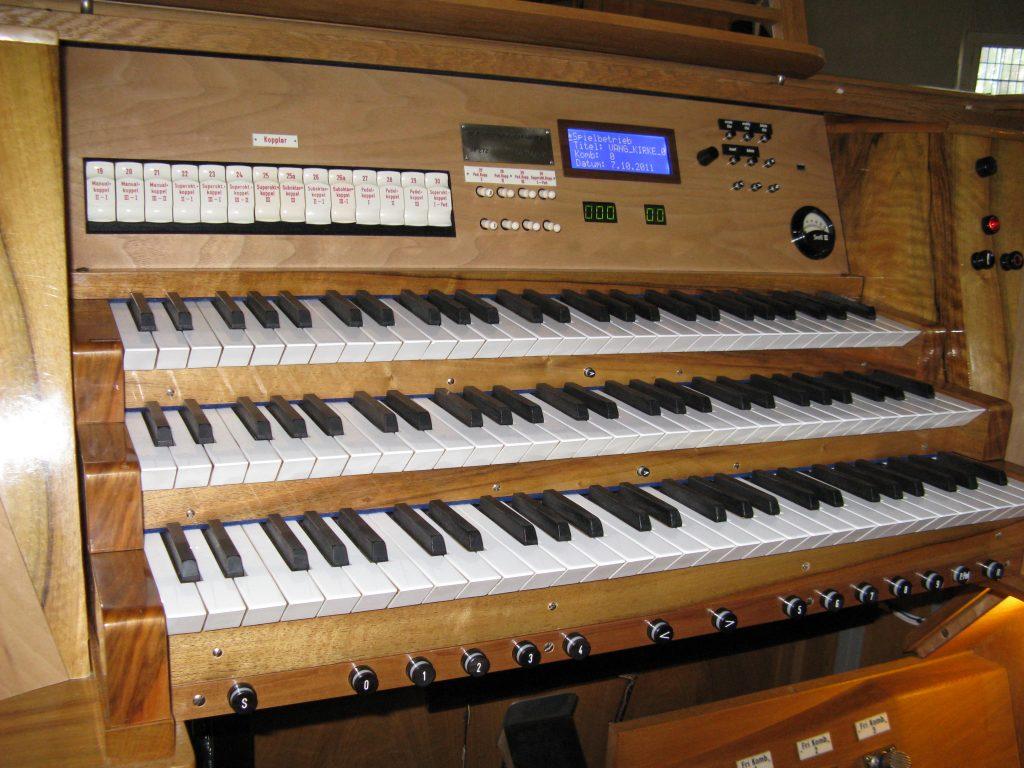 überarbeiteter Spieltisch mit neuer Setzeranlage der Orgel in der Vang Kirke, Hamar, Hedmark, Norwegen