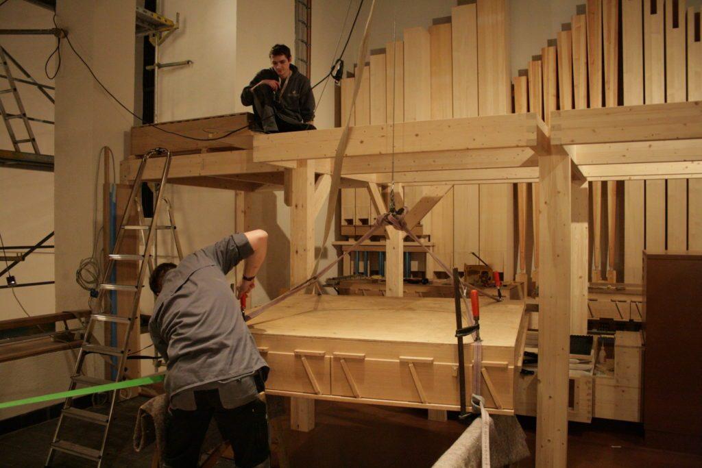 die Windladen kommen auf ihre endgültigen Positionen für die Orgel der Heilig Kreuz Kirche in Detmold, Nordrhein Westfalen, Deutschland