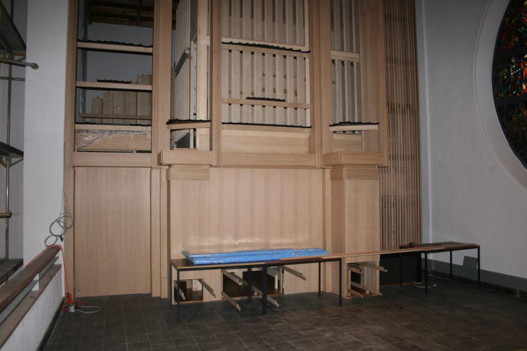 die eine Seite der Orgel steht - gut zu sehen die Anschlüsse der Trakturbegleitungen für die Orgel der Heilig Kreuz Kirche in Detmold, Nordrhein Westfalen, Deutschland