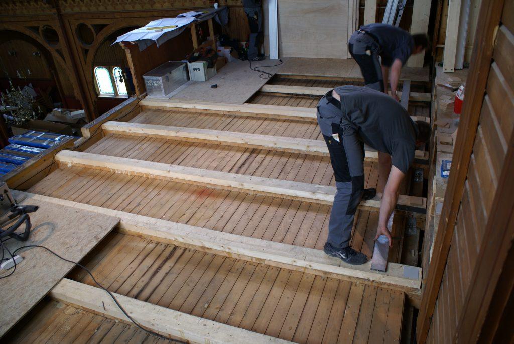 der Emporenboden wird ausgeglichen für die Orgel in der Kirche in Strinda , Trondheim, Sør-Trøndelag, Norwegen