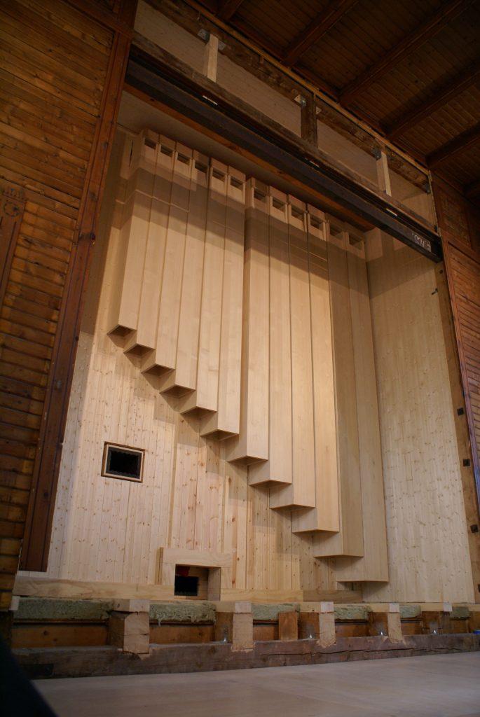 der 32´ Untersatz ist montiert und dient gleichzeitig als Rückwand für die Orgel in der Kirche in Strinda , Trondheim, Sør-Trøndelag, Norwegen