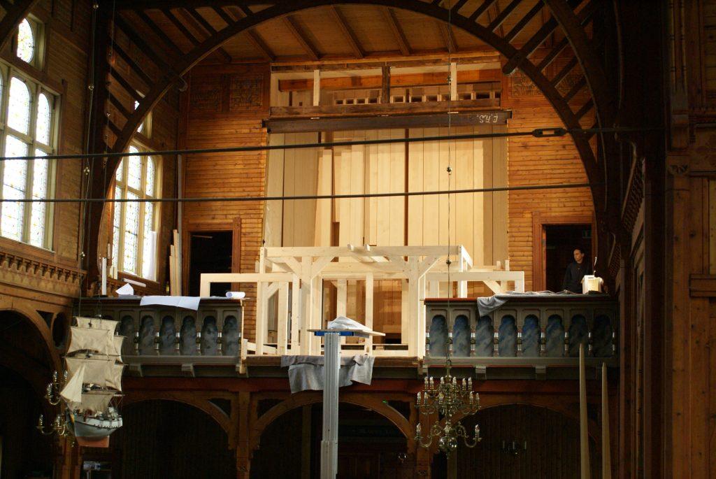 der Unterbau steht für die Orgel in der Kirche in Strinda , Trondheim, Sør-Trøndelag, Norwegen