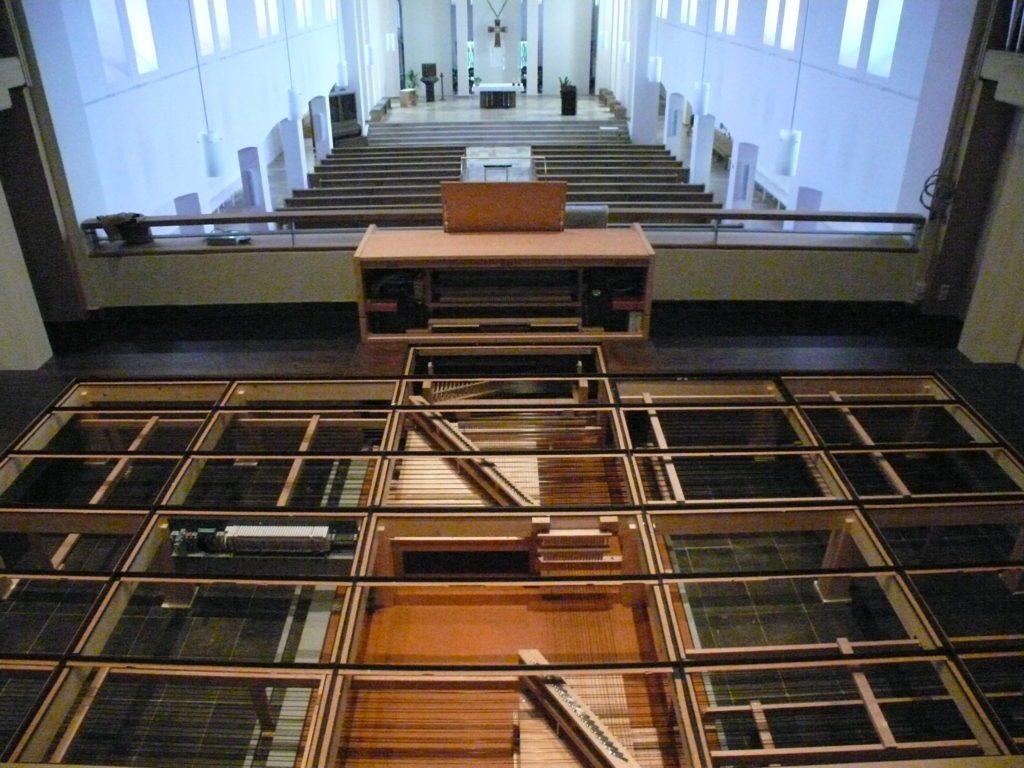 der Bodenrahmen ist ausgelegt - die Tontraktur eingehängt für die Orgel der Heilig Kreuz Kirche in Detmold, Nordrhein Westfalen, Deutschland