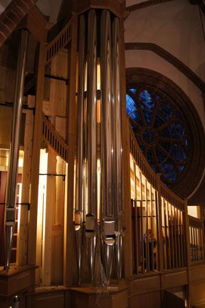 Pfeife für Pfeife wird eingehängt der Orgel in der Paulus Kirchengemeinde in Berlin Zehlendorf, Deutschland