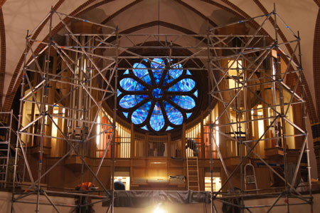 die gesamte Rosette ist aus dem Kirchenschiff sichtbar in der Paulus Kirchengemeinde in Berlin Zehlendorf, Deutschland