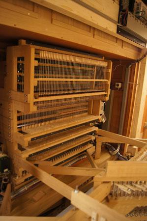 der Spieltisch von hinten der Orgel in der Paulus Kirchengemeinde in Berlin Zehlendorf, Deutschland