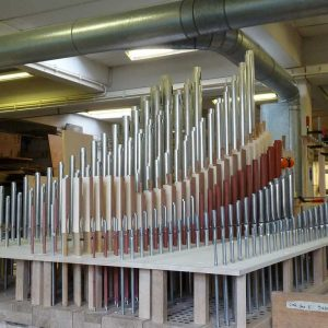 Fertige Schwellwerkslade mit einigen Pfeifen für die Orgel der Heilig Kreuz Kirche in Detmold, Nordrhein Westfalen, Deutschland