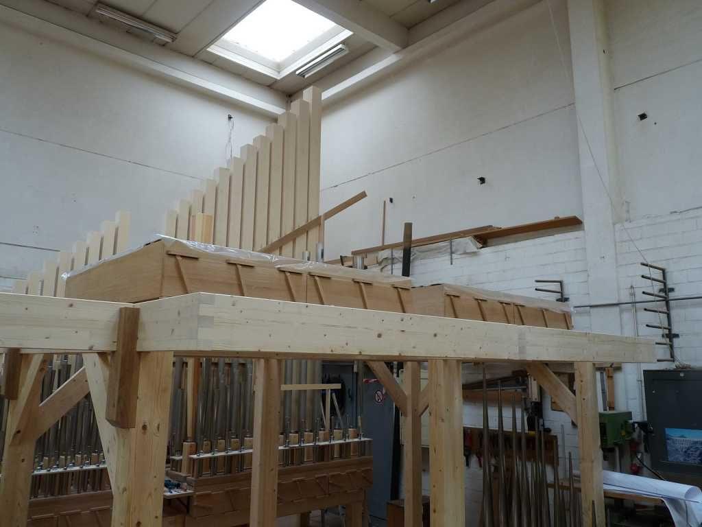 Beide Schwellwerksladen sind auf die Rahmen gelegt. Im Hintergrund ein Teil des aufgebauten Pedals für die Orgel der Heilig Kreuz Kirche in Detmold, Nordrhein Westfalen, Deutschland