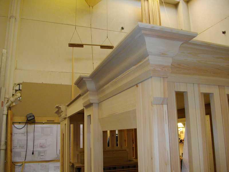 Werkstattmontage und Prospektrahmen der Orgel in der Dorfkirche Heiligensee, Berlin, Deutschland