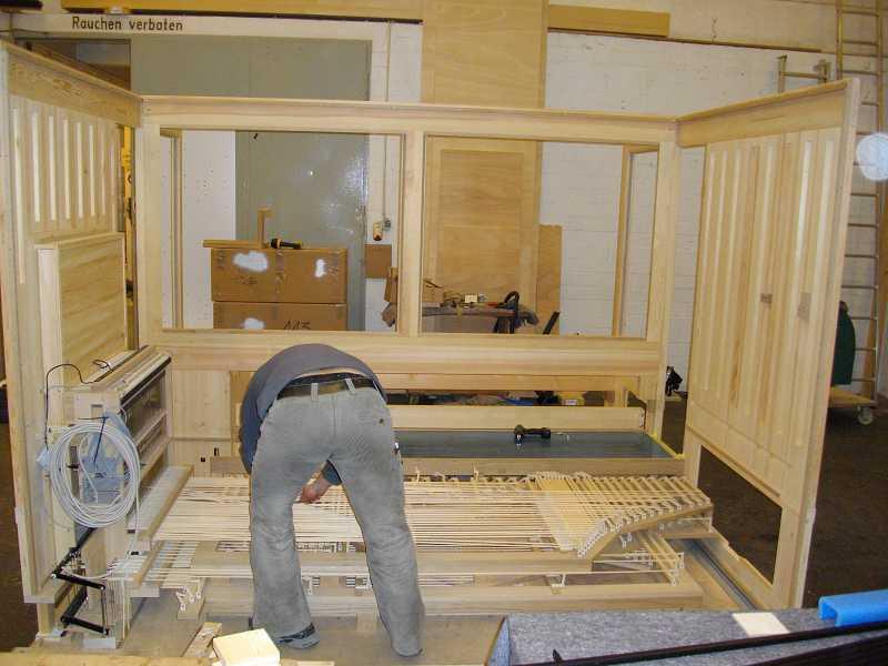 die Abstrakten werden bereits in der Werkstatt vorbereitet der Orgel in der Dorfkirche Heiligensee, Berlin, Deutschland
