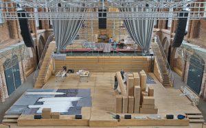 Kartons mit Pfeifen werden auf der Bühne sortiert, entpackt und zur Orgel gehoben