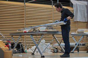 Martin Schwarz bereitet die Stimmrollen der Pfeifen vor