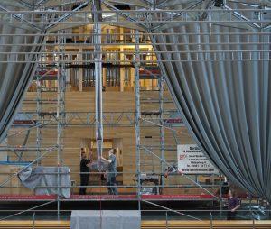Eine Prospektpfeife wird in die Orgel gehoben