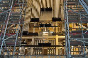 Die Edelstahlrohre werden als Element zur Prospektgestaltung eingesetzt und vor dem Einbau der Pfeifen montiert