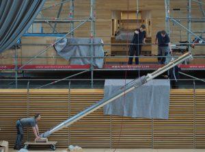 Eine große Prospektpfeife wird mit dem Kettenzug von der Bühne auf die Orgelempore gehoben