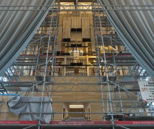 Die Prospektanhängungen und die Edelstahlrohre sind in der Orgel montiert und warten auf die Pfeifen