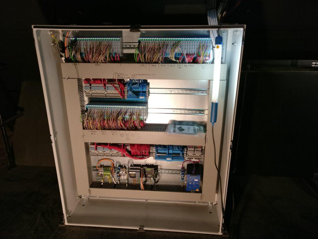 KWG - Blick in den Schrank des Setzer- und Traktursystems während der Installation