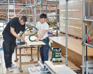 Arbeiten an der Bodenplatte des mechanischen Spieltisches