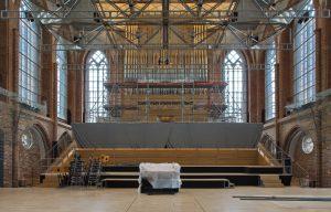 Der Baustellenvorhang wurde abgenommen, damit ist der Blick auf die Orgel und die Baustelle frei