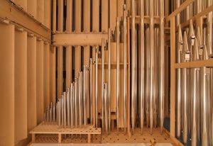 Orgelpfeifen auf einer Schwellwerks-Windlade