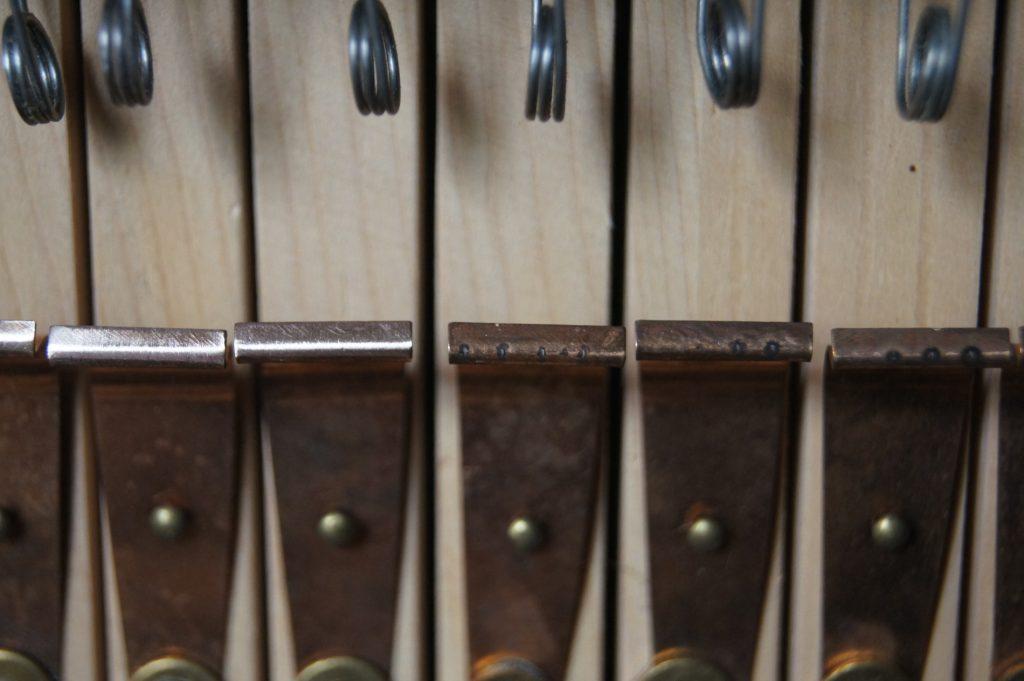 Die Kontakte unter den Tasten - deutlich sichtbar ist der Unterschied - rechts im Originalzustand . Moen Kirke in Brandbu, Gran Kommune , Oppland , Norwegen