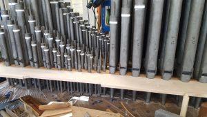 Liebfrauenkirche Jüterbog - In der Werkstatt wurden die Pfeifen nach der Überarbeitung auf die restaurierte Windlade gestellt