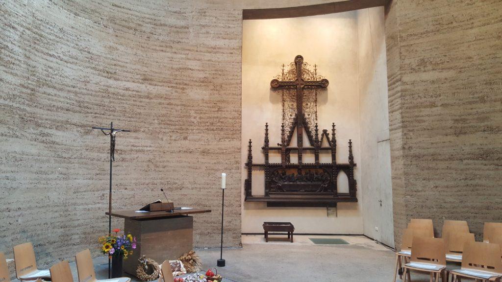 Kapelle der Versöhnung - Altar mit Erntedank-Gaben