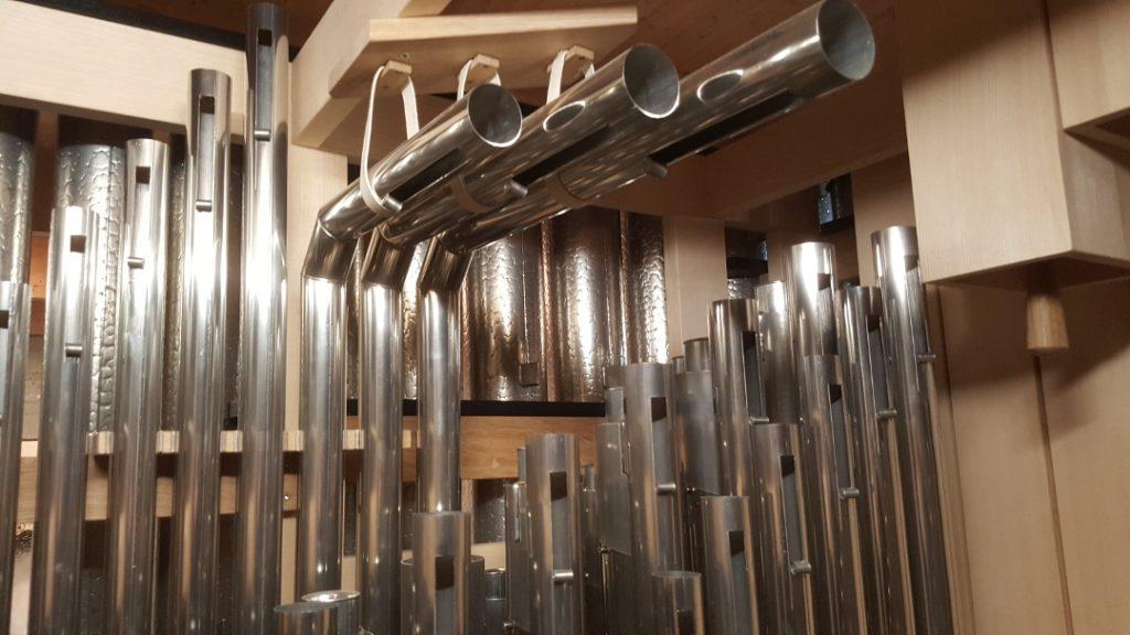 Kapelle der Versöhnung - Blick auf gekröpftes Pfeifenwerk in der Orgel